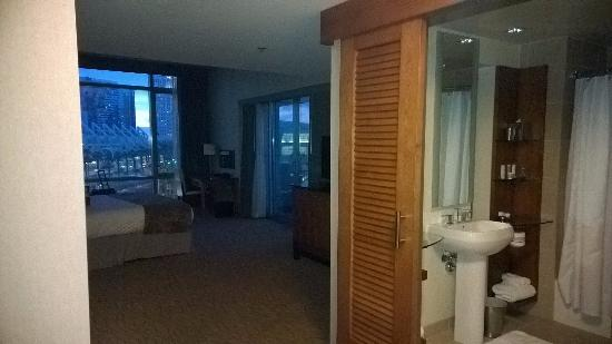 Omni San Diego Hotel: Omni room with bathroom on the right