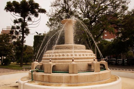 Villa Maria, Argentinien: En cada esquina de la plaza se encuentran estas fuentes.