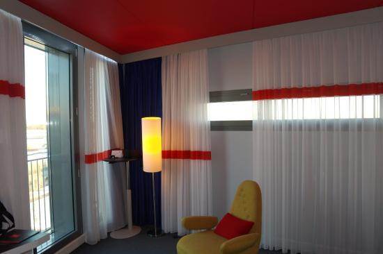 Gardermoen, Noruega: Room 6275 - the corner with 2 windows, 1 towards runway, other towards gates