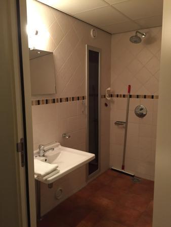 Hollum, Países Bajos: Ruime badkamer