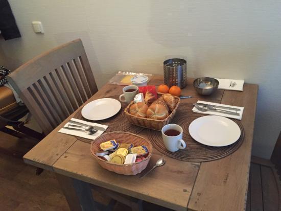 Hollum, Países Bajos: Een heerlijk ontbijt op de kamer
