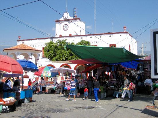 De straat naast het stadhuis van Tlayacapan in het week-end