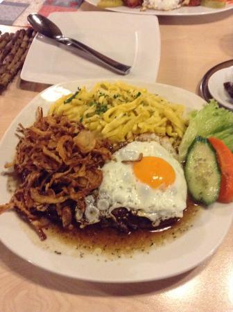 Herzogenaurach, Alemania: 牛肉のステーキ、目玉焼きとローストオニオン乗せ