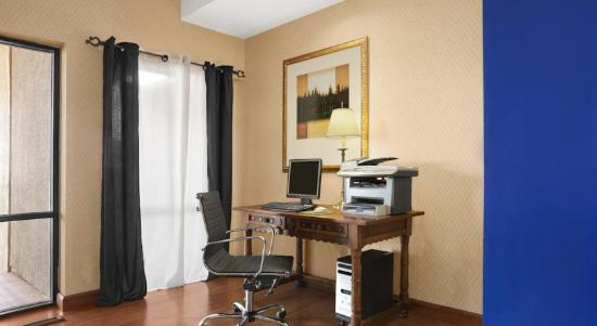 Camarillo Executive Inn & Suites: Lobby computer