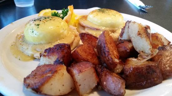 Mission Viejo, Kaliforniya: Egg Benedict with home fries potatoes