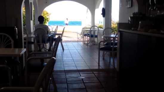 Tres Palmas Inn: Free continental breakfast.
