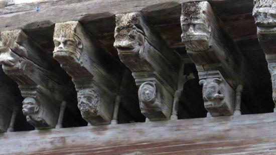 Mirepoix, Francja: House of Consuls, with all beams all sculpted out. Beutiful