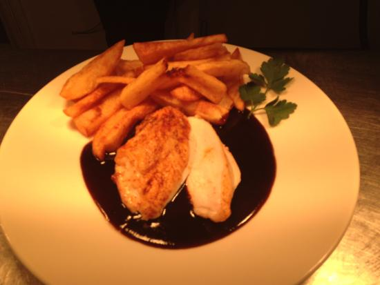 Chapel-en-le-Frith, UK: Chicken Breast with Tripple Cooked Chips and a traditional Meat Gravy