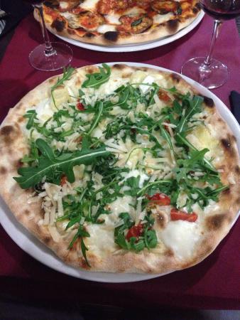 Rubi, Spania: Excelentes pizzas, tamaño, sabor, presentación, un 10!!