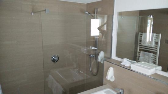 Hotel Goldenes Kreuz: Walk in shower.