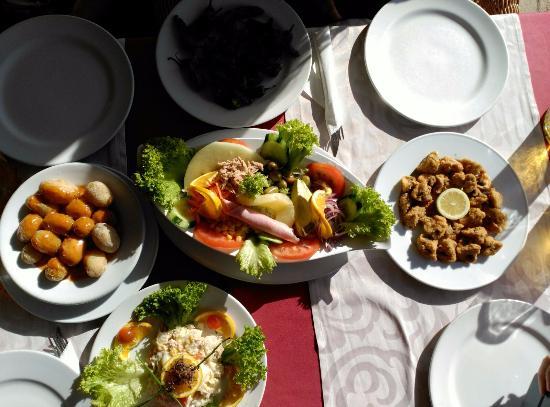 Restaurante Belice: comida: ensalada, chipirones, papas arrugadas