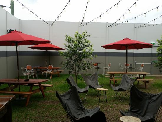 Windsor, Австралия: Outside seating @ Easy lane