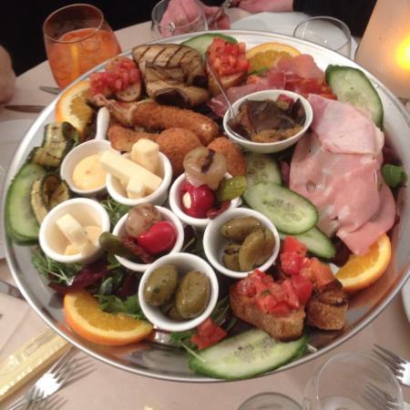 Enghien Les Bains, Francia: Deux assiettes d'antipasti réunies en une , pour 4 personnes. Très bon !