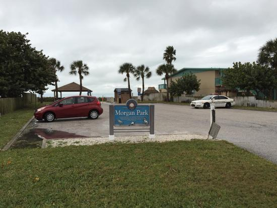 Belleair Beach, FL: Just off Gulf Blvd. is a pay for parking lot, a picnic shelter, restrooms, and access to the gul