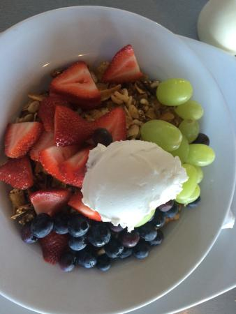 Richmond, Nueva Zelanda: The muesli is fairly average but the fruit it is served with is generous and fresh