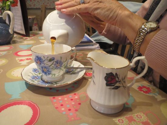 Totnes, UK: We loved the fine crockery and traditional tea served from teapots