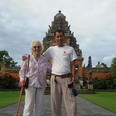 Mengwi, Indonesien: With Ms Armovich from USA at the main gate of Taman ayun temple