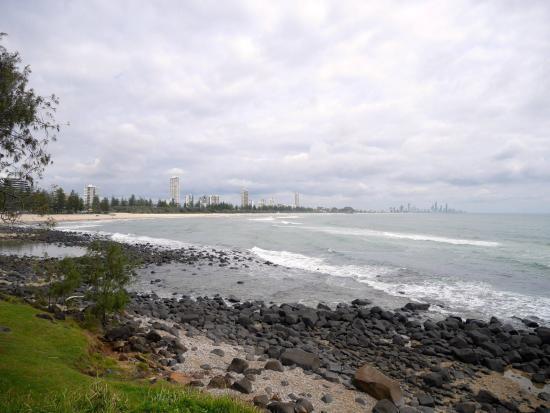 Burleigh Heads, Avustralya: ビーチ。遠くにサーファーズパラダイスが見えます