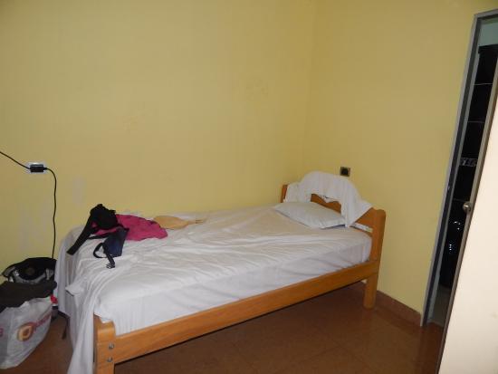 Camu Camu Hotel: mi cama!!! cerca del baño, lejos del aire y del tele ajajajaj