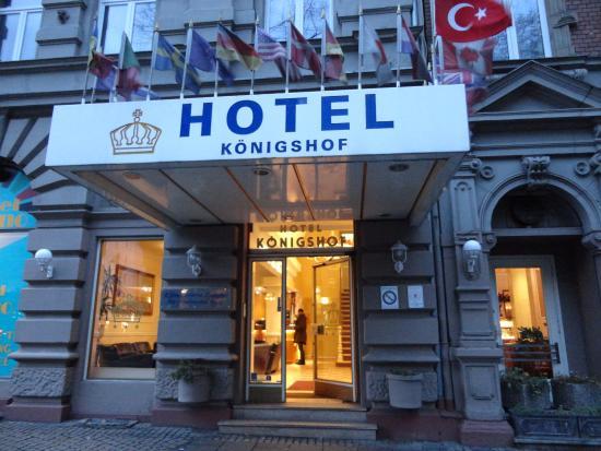 Hotel Koenigshof: 駅前から脇に入ったところがホテルの入り口