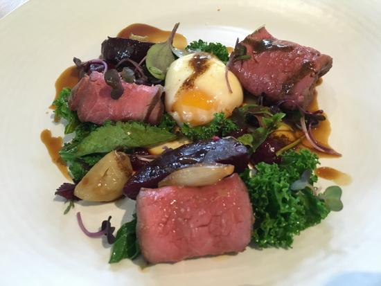 Renwick, Nieuw-Zeeland: Beef, beetroot and egg - clever play on a 'burger with the lot'
