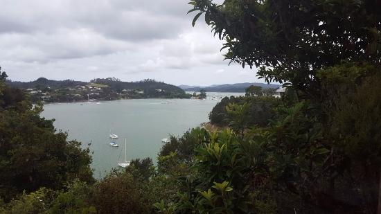 Opua, Nueva Zelanda: Beautiful view from our Monarch room, despite some gloomy weather.