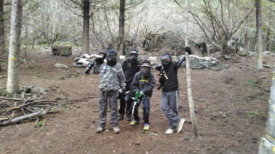 Scotts Mills, Oregón: Our son's and buddies at Camp Dakota's Paintball course