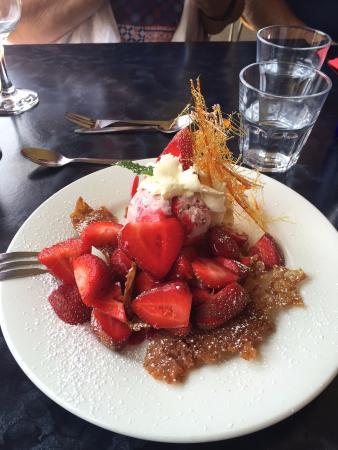Deloraine, Australia: brandy snap basket - can choose your fruit/s