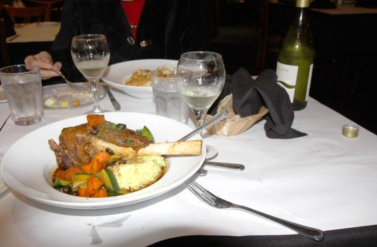 Campbell, Californië: The large lamb shank was served in a deep dish with an array of vegetables.