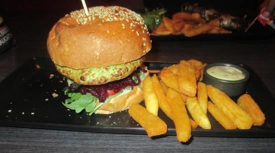 Richmond, Австралия: Pea and Haloumi Burger with steak cut chips