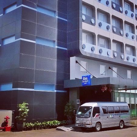 tampak hotel dan shuttle bus nya yang siap antar jemput ke bandara rh tripadvisor co id