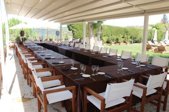 Esplugues de Llobregat, Spanien: Terraza junto piscina. Genial apara celebrar comidas/cenas de grupos., familia, negocios, etc.