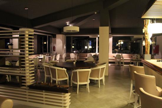 Esplugues de Llobregat, Spanien: Salón Restaurante. Foto realizada de noche.