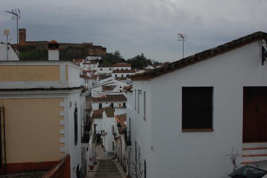 Almonaster La Real, Spanje: una calle del pueblo con la mezquita al fondo