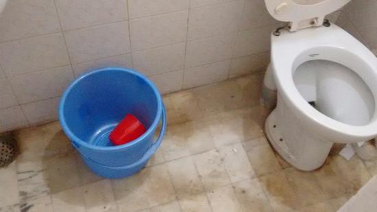 Tourists Rest House: Dirty bathroom