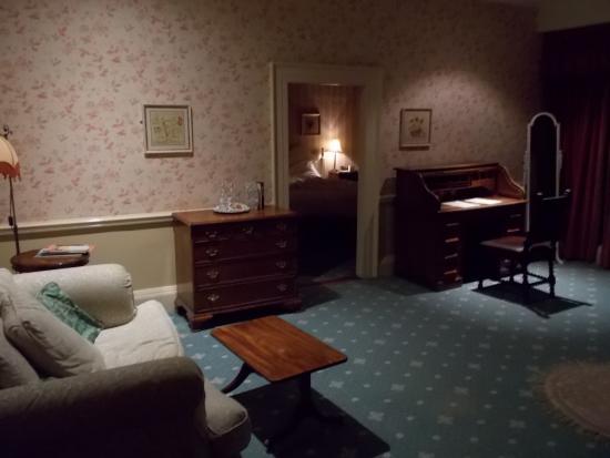 Wincanton, UK: Spacious bedroom, en suite and private sitting room