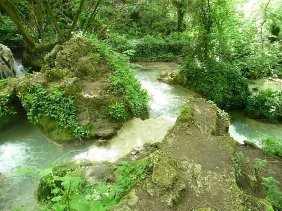 Krushunskiye Waterfalls: Карстовые террассы в начале тропы.