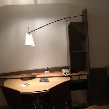 grande chambre confortable il y a une baignoire et une. Black Bedroom Furniture Sets. Home Design Ideas