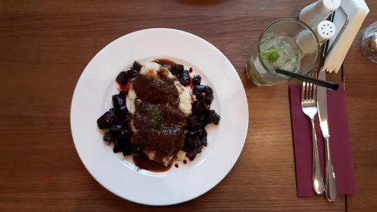 Elblag, โปแลนด์: Beef cheeks braised in red wine with caramelized beetroot and mashed potatoes