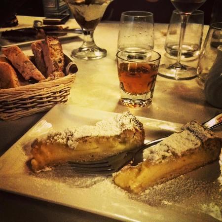 Civitella in Val di Chiana, Italie : DOLCE - Dolce della nonna con vin Santo e tozzetti...