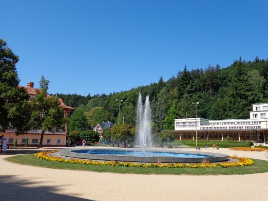 Luhacovice, Tschechien: Lázně Luhačovice , vodotrysk u kolonády Vicentka , cca 1 km od hotelu Harmonie