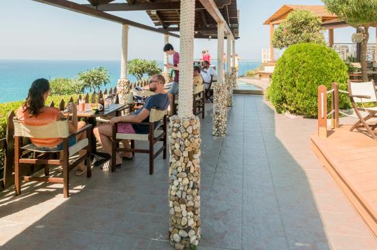 Peroulades, Grecia: На заднем плане прикольный балкончик из стекла