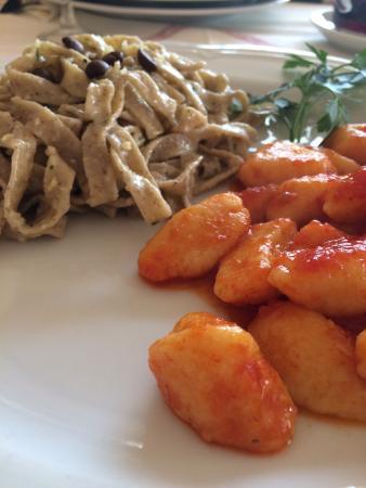 Taglio di Po, Italia: tagliatelle al caffè con crema di mandorle e gnocchi di patate al pomodoro