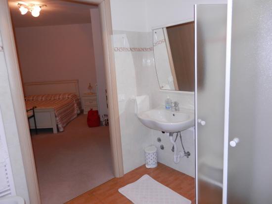 Calci, Italien: Вид из ванной в комнату