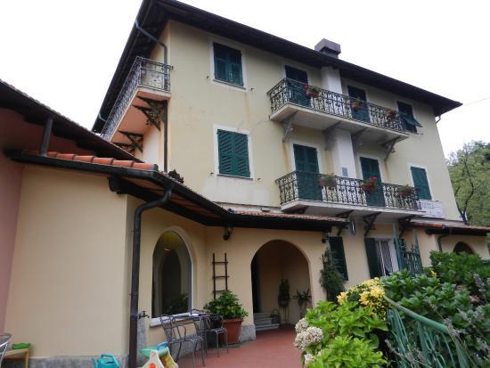 Calci, Italien: Отель, вид спереди. Тут можно удобненько посидеть вечером с чашечкой чая