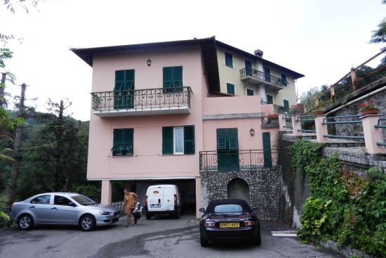 Calci, Italien: Отель,вид сбоку. Парковка бесплатная