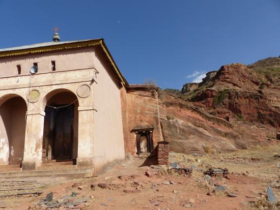 Mek'ele, Etiopía: toegang tot de rotskerk waarvan alleen het voorste lokaal niet in de bergwand werd uitgehouwen