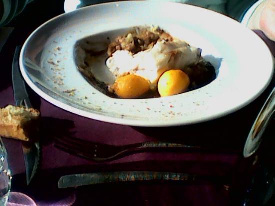 La Chapelle-sur-Erdre, Fransa: Filet de lotte en cuisson basse température relevé au bouillon corsé aux épices douces