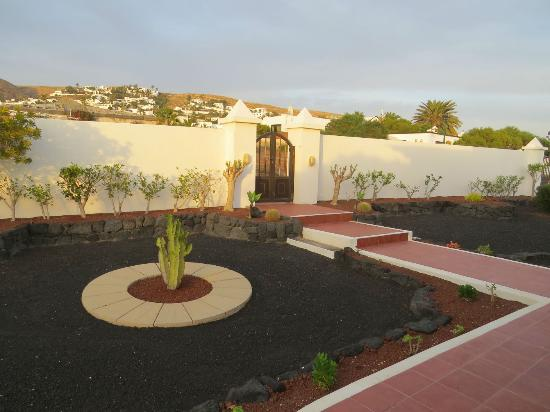 Teguise, Spanje: Garden, in front of the house