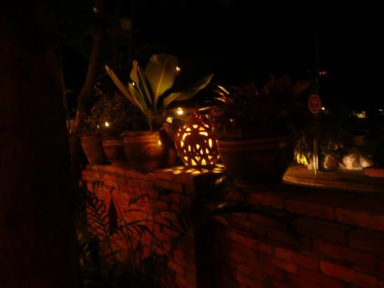 Le Bel Air Boutique Resort: stimmungsvolle Park-Beleuchtung